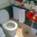 Il bagno (simpatico ma piccolissimo il lavandino)