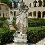Hage, statue