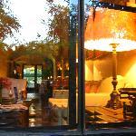 Cuando comienza a caer la tarde, Villa Ganz toma delicados tonos ambarinos.
