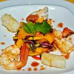 Spicy mango salad with pan-fried prawns calamarie