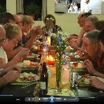 clientes disfurtando de una agradable cena
