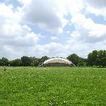 円形芝生広場と野外ステージ