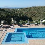 la piscine vue de jour depuis le salon