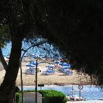 El apartamento-estudio cuenta con una pequeña terraza con vistas al mar y a la desembocadura del