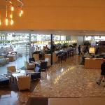 hall de l'hôtel avec le bar intérieur/extérieur