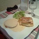 Un plat de résistance avec sauce au fromage de la Région