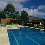 Vue de la gigantesque piscine et au fond de l'espace de restauration