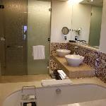 Sehr geräumiges Bad mit separater Dusche und WC