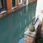 2階奥の部屋からの眺め。運河が見えるでゴンドラが通ったりもします。