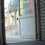 выход из отеля во двор