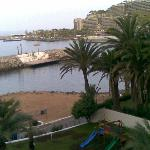 Al fondo,playa Anfi del Mar