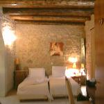 The bedroom and its wooden ceiling (real tree trunks!)