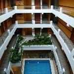 Techo verde y piscina  en los interiores del Hotel
