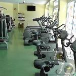 Fitnessraum mit guten Geräten aber ohne Klimaanlage