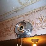 ontbrekende lampen en vochtig plafond