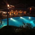 piscine vue de la terrasse la nuit