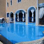 Hotel og poolen
