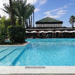 La piscina ed uno dei bar esterni sullo sfondo