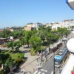 Vista do terraço onde é servido o café da manhã _ praça e Tram (transporte coletivo)
