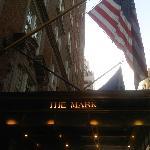 L'entrée de l'hôtel, il est 6AM, New York s'éveille