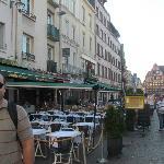 Vista da Place du Vieux Marché e seus cafés
