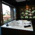 Jacuzzi suite (window open)