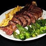 Chuleta con Pimientos de Gernika y Patatas Fritas / Veal chop with chips and gernika peppers