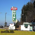 ‪Whispering Pines Motel‬