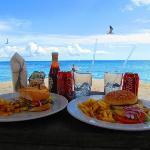 La playa a dos cuadras del hotel, dnd tenia desc para camastros! comiamos muy bien como veran! :