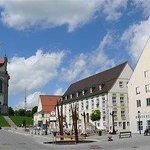 Marktplatzblick auf Basilika und Hotel Hirsch
