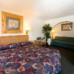 NDNorth Country Inn Mandan Bed