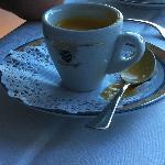 Amuse bouche dans tasse à café et sous tasse surannée