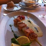 Brochette de cubes de saumon à 30€ et louche de riz