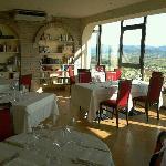 La sala interna del ristorante con la vista panoramica.