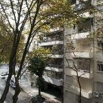 Rua vista da sacada do apartamento. Ao fundo a Av. Del Libertador