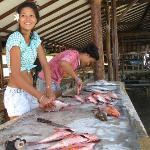 Préparation des poissons pêchés au petit matin...
