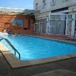 piscine et jacuzzi à peu près propres,serviettes de bains fournies,manque de bains de soleil