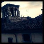 部屋からの眺め。近くの塔が見えます。