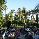 Blick vom Hauptrestaurant auf die Gartenanlage