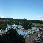 Vue de la chambre sur piscine, restaurant & lac