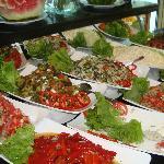 В разнообразии салатов местные повара просто асы