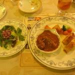 ロシア料理ミニコースのサラダとビーフストロガノフとサーモンのパイ