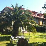 vista de la casa desde el jardin (donde desayunamos)
