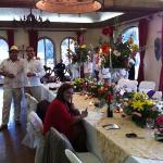 durante la recepcion el novio con los invitados