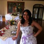la novia checando los detalles de la decoracion