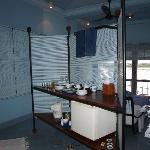Zona de bar y cafe de la habitación