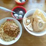 Pork spicy noodle with beef balls & fried wonton