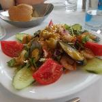 Insalata greca con frutti di mare