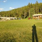 A sinistra la struttura del ranch: reception e ristorante