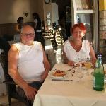 Beim Abendesse auf der Terasse, jeder hat seinen festen Tisch